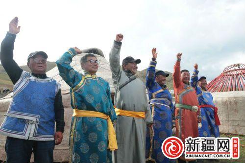 获得搭建蒙古包大赛第一名的参赛队向裁判挥手示意蒙古包搭建完成
